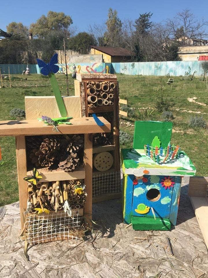 Costruzioni artigianali a funzione di riparo e nido per api solitarie, bombi, coccinelle.
