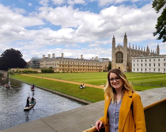 Iliana Georgana davanti il King's College (Cambridge)