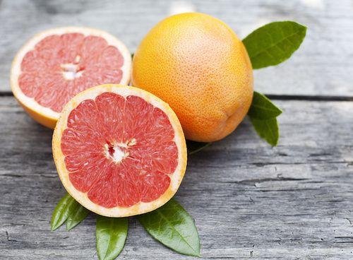 la naringina è il maggior flavanone glicoside presente nel pompelmo. Fake news recenti lo propongono come cura per SARS-CoV-2